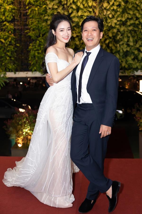 Lần đầu xuất hiện cùng chồng sau đám cưới, Nhã Phương diện váy đính kết công phucủa Lê Thanh Hòa. Thiết kế trễ vai giúp nữ diễn viên Tuổi thanh xuân khoe lợi thế vòng một gợi cảm.