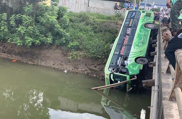 Chiếc xe khách cắm đầu xuống sông song may mắn không chìm.