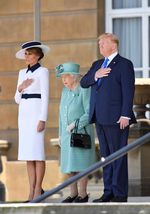 Vợ chồng ông Trump đứng cạnh Nữ hoàng Anh trong lễ đón trưa 3/6. Ảnh: AFP.