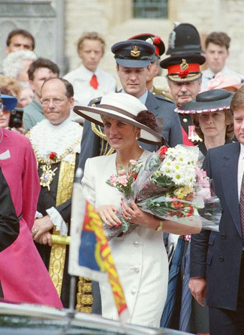 Bộ trang phục của bà Melania giống với bộ mà cố Công nương Dianatừng mặc trong chuyến thăm tới Portsmouth năm 1991. Ảnh: Mirrorpix.