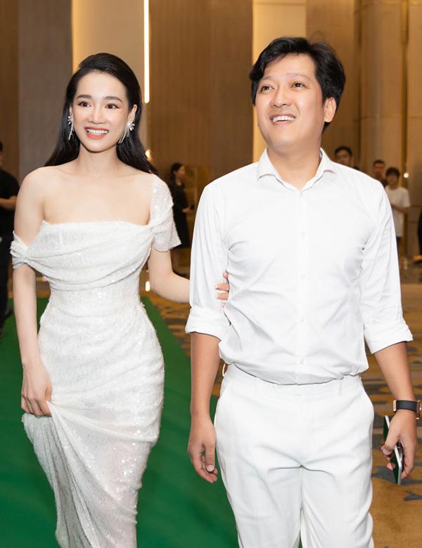 Khi cùng Trường Giang đón khách khứa tại buổi khai trương spa do mình làm chủ hồi giữa tháng 5, Nhã Phương cũng chọn đầm đuôi cá gợi cảm.