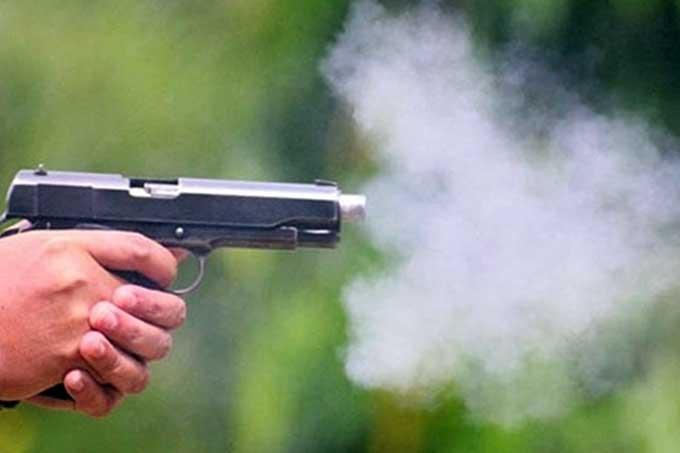 Nạn nhân tử vong trên đường tới bệnh viện sau khi bị nhóm người cầm súng, dao bầu truy sát. Ảnh minh họa.