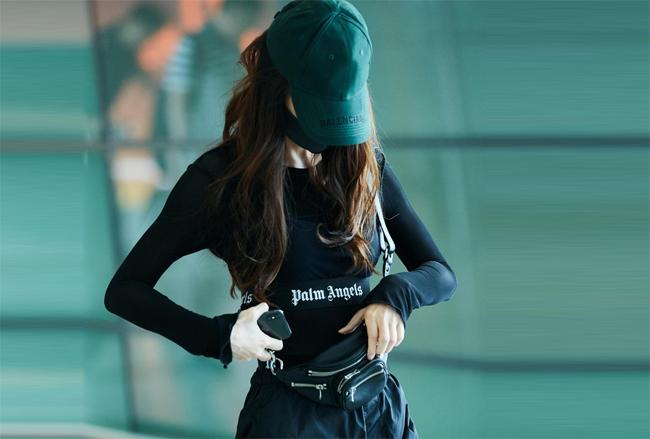 Trước đó, hôm 3/6, Angelababy xuất hiện tại sân bay, cô mặc áo bó sát cơ thể.