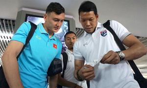 Văn Lâm và thủ môn số một Thái Lan trò chuyện rôm rả ở sân bay