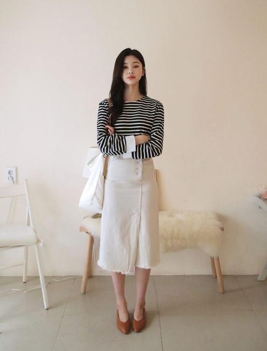 Đứng sau chân váy voan dập ly nhẹ nhàng là các mẫu trang phục thiết kế trên chất liệu vải thô như đũi, linen cũng được ưa chuộng.