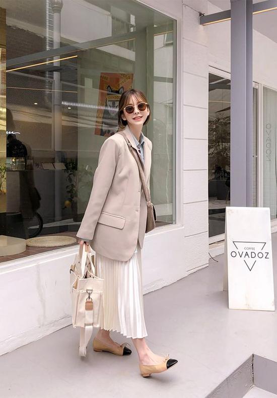 Ở các mùa trước, váy xếp ly thiên về vẻ bóng bẩy, hào nhoáng khi được cắt may trên chất liệu ánh kim, metalic. Nhưng ở xu hướng 2019, váy xếp ly lại được tạo độ bay bổng nhẹ nhàng trên chiffon, voan lụa.