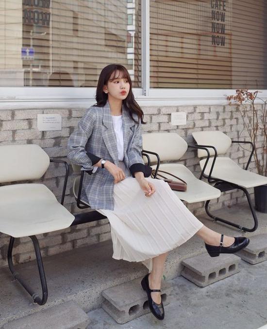 Chân váy dập ly tông trắng được mix cùng blazer, áo thun, sơ mi để mang lại nét trang nhã cho phái đẹp. Set đồ đơn giản này vừa có thể mặc đến văn phòng, vừa sử dụng khi đi dạo phố.