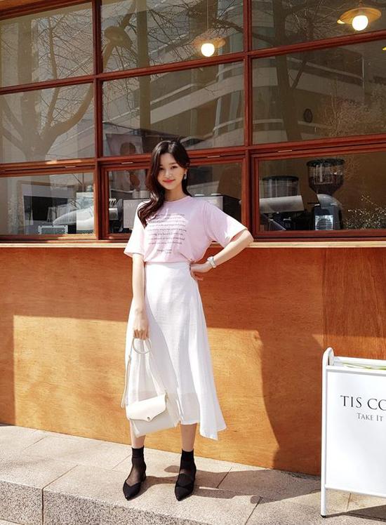 Các mẫu chân váy midi tông trắng, thiết kế trên các chất liệu nhẹ tênh cũng là sản phẩm cháy hàng ở mùa hè năm nay. Nhiều fashionista Hàn Quốc thích diện trang phục này cùng các mẫu áo thun hay blouse màu đơn sắc.