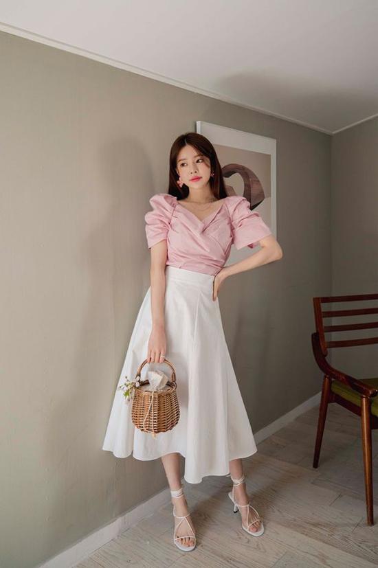 Đan xen giữa các mẫu váy vạt xép, váy xếp layer là sức sống bền bỉ của các mẫu chân váy xòe dáng cổ điển.