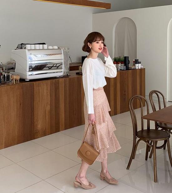 Set đồ mùa hè tiện lợi đi làm và dễ sử dụng khi hẹn hò cà phê cho bạn gái công sở gồm áo cổ trụ dài tay, chân váy xếp tầng, giày hở gót và túi xách tay.