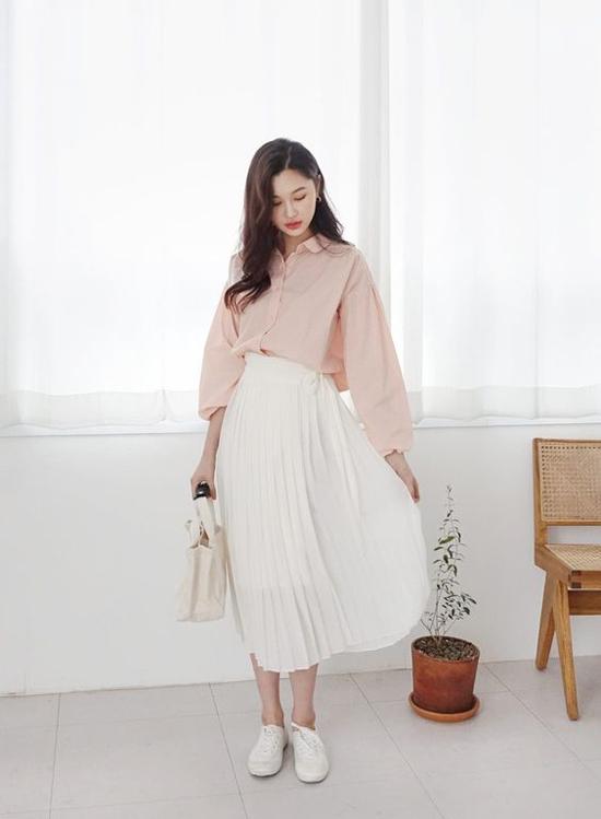 Váy áo mùa hè được phối hợp một cách linh hoạt cùng các kiểu phụ kiện túi xách dáng đơn giản và sandal, giầy đế bệt, giầy thể thao.