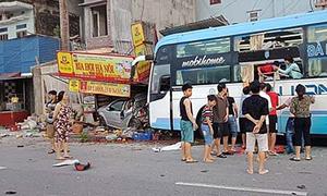 Xe giường nằm tông sập nhà dân, húc nát ôtô sau va chạm với xe đạp