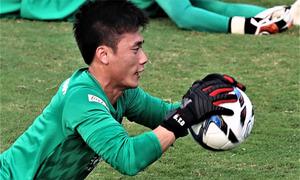 Bùi Tiến Dũng rèn phản xạ, tập đánh đầu cùng U23 Việt Nam
