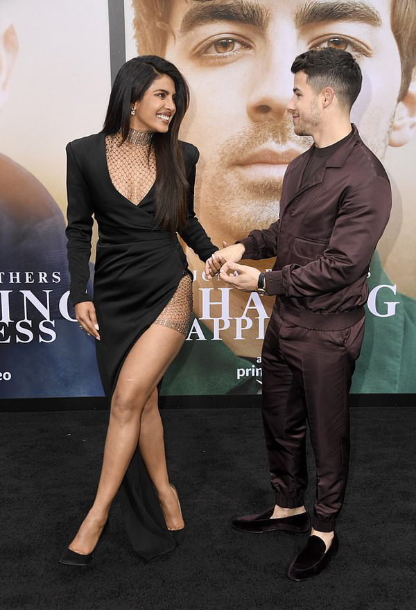 Hoa hậu Priyanka Chopra và ông xã Nick Jonas tay trong tay tới nhà hát Regency Bruin ở Los Angeles tối 3/6. Mỹ nhân 36 tuổi thu hút sự chú ý với trang phục sexy, nhan sắc rạng rỡ.