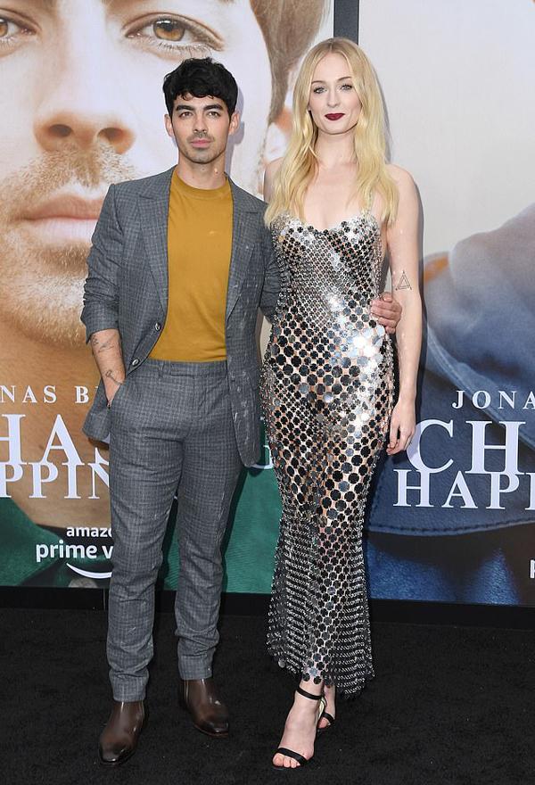 Joe Jonas sánh đôi tại sự kiện cùng vợ trẻ 22 tuổi Sophie Turner. Nam ca sĩ và nữ diễn viên Game of Thrones vừa tổ chức lễ cưới vào tháng 5 tại Las Vegas.