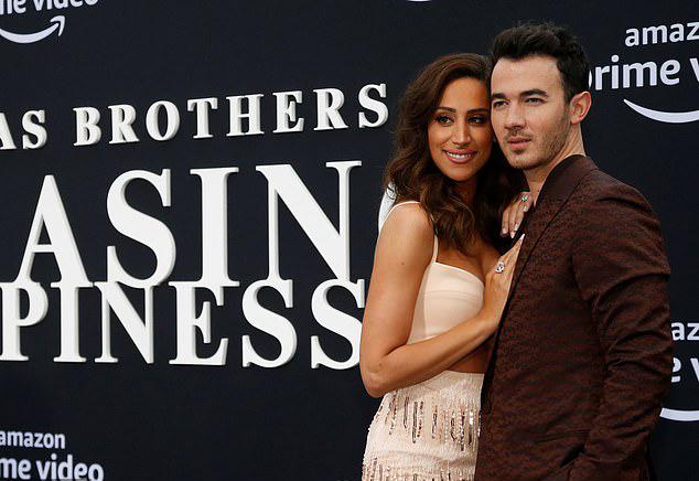 Anh cả Kevin Jonas đến cùng vợ - ngôi sao truyền hình thực tế Danielle Jonas.