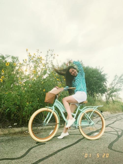 Ca sĩ Hiền Thục tóc gió thôi bay khi đi dạo bằng xe đạp.