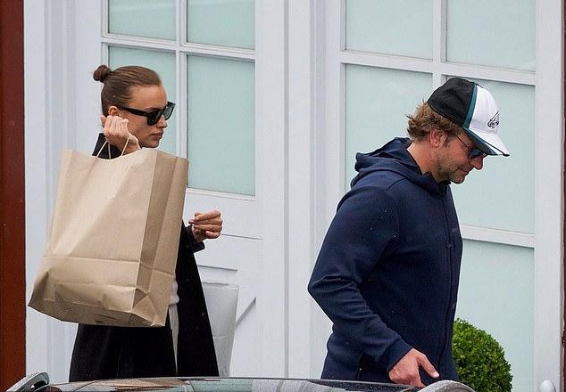 Cặp đôi đi mua đồ ngày 26/5.