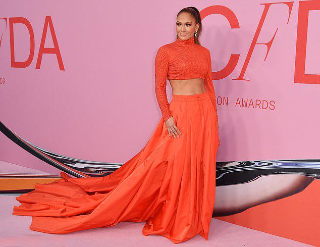 Ngấp nghé tuổi 50, J.Lo vẫn khiến các cô gái trẻ ghen tị với thân hình khỏe khoắn, nóng bỏng, gương mặt trẻ trung không nếp nhăn.