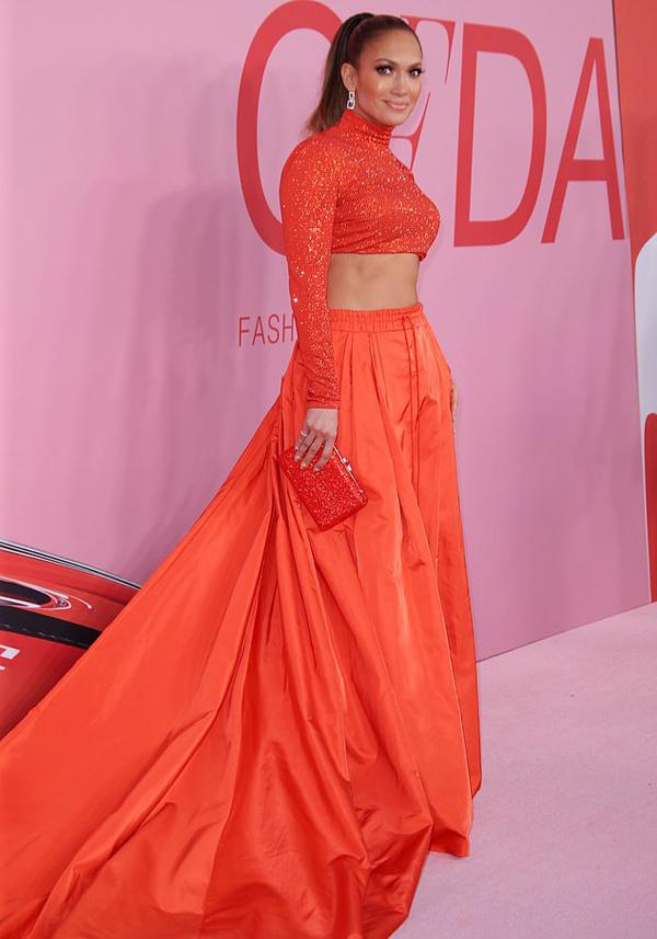 Bộ đồ phù hợp hoàn hảo với vóc dáng của J.Lo và background của sự kiện.