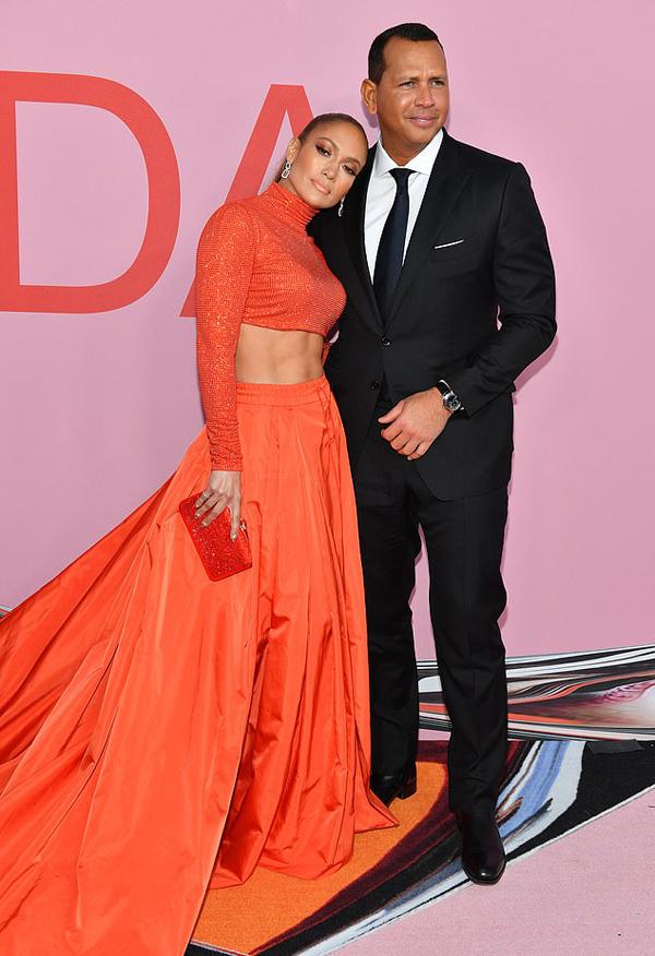 Alex tới ủng hộ Jennifer tại lễ trao giải khi cô được vinh danh giải thưởng Biểu tượng thời trang của năm.
