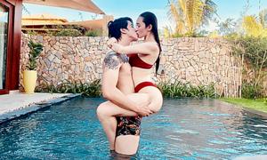 Khánh My 'khóa môi' Tiến Vũ trong hồ bơi