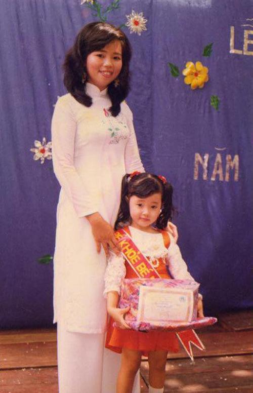 Midu đăng ảnh hồi nhỏ: Chào các bạn, mình là bé Du, mình 4 tuổi.Cô giáo khen mình ngoan và cho mình danh hiệu Bé khoẻ bé ngoan nè các bạn.Côđược fan nhận xét xinh từ bé và không khác gì so với hiện tại.