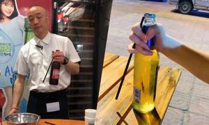 Chiêu mở nắp chai bằng đũa như ảo thuật khiến thực khách trầm trồ