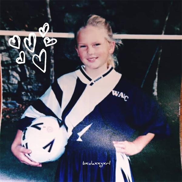 Taylor Swift tiết lộ ảnh thời bé mũm mĩm, mê đá bóng