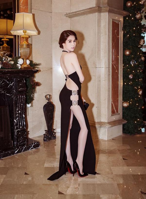 Những kiểu váy hở khiến Ngọc Trinh bị ném đá - 1