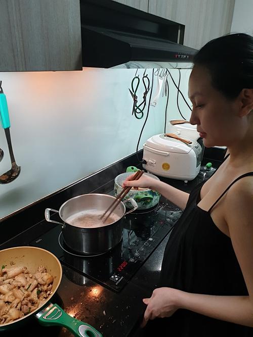 Tuấn Hưng cho biết, anh chỉ cái nhiệt tình chứ đầu bếp trưởng vẫn là bà xã Thu Hương.