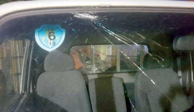 Kính chắn gió phía trướcxe ôtô của CSGT Bắc Giang bị vỡ sau khi bị nhóm thanh niên ném gạch.Ảnh: Quang Thịnh