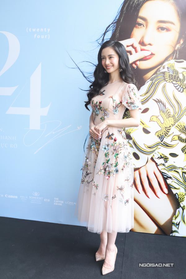 Người đẹp khoe nét duyên dáng với váy đính hoa tại sự kiện.