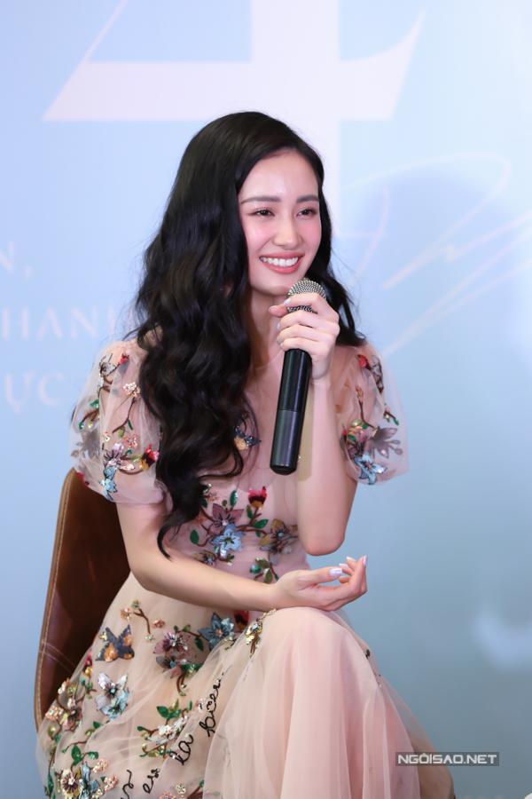 Thời điểm hé lộ về photobook, Jun Vũ đã tung teaser tựanhư một MV cùng những hình ảnh trong phòng thu khiến cô vướng tin đồn chuẩn bị