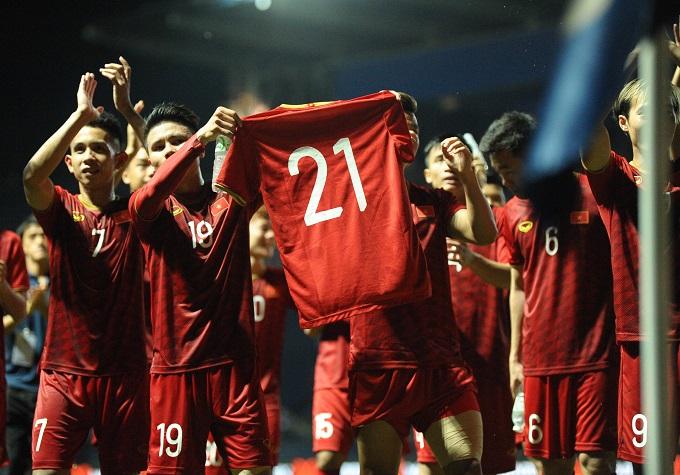 Các cầu thủ giơ cao số áo quen thuộc của Trọng Ỉn. Ảnh: Đức Đồng.