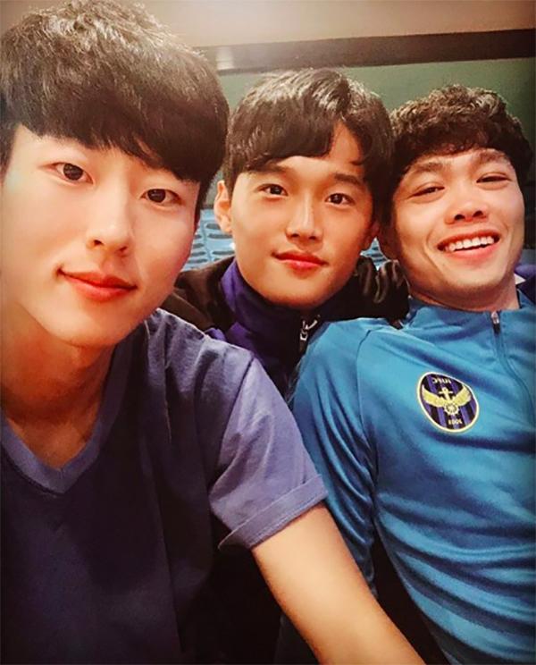 Công Phượng cung Kim Jeung-hovà và Lee Jeong-bin thường rủ nhau đi chơi, uống cafékhi có thời gian rảnh sau các buổi tập.