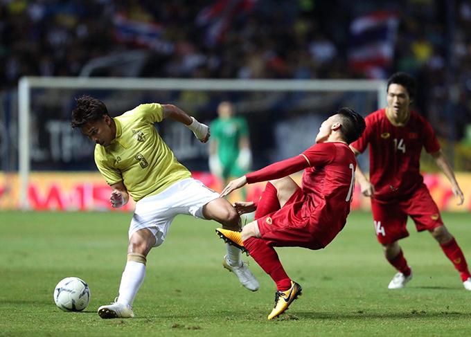 Dù phải chơi trên sân khách nhưng tuyển Việt Nam chơi tự tin và có phần lấn lướt trước chủ nhà Thái Lan trong hiệp một trận ra quân tại Kings Cup 2019. Thái Lan lựa chọn lối chơi rắn để khắc chế các pha lên bóng của Việt Nam. Ngay đầu trận, Quang Hải bị đau sau pha vào bóng từ phía sau củaThitipan.