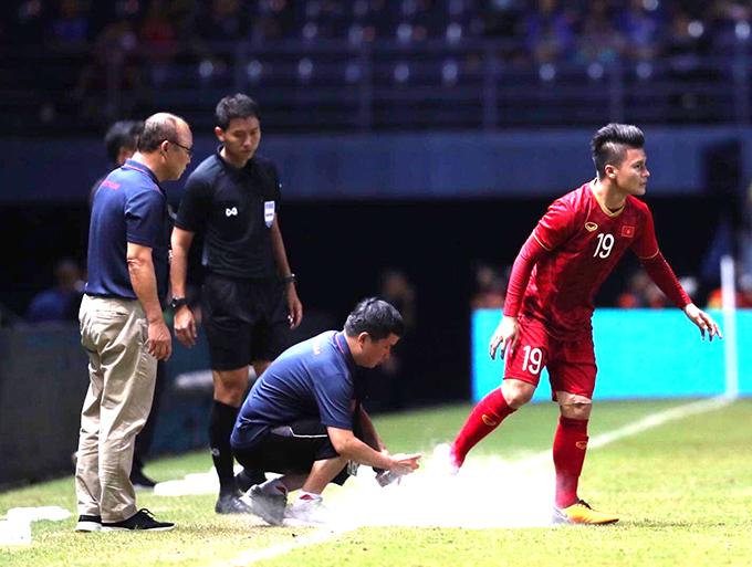 Quang Hải phải nhờ bác sĩ tuyển Việt Nam xịt thuốc giảm đau để tiếp tục thi đấu.