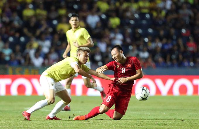Trọng Hoàng sau pha qua người bị cầu thủ Thái Lan kéo vật xuống sân.