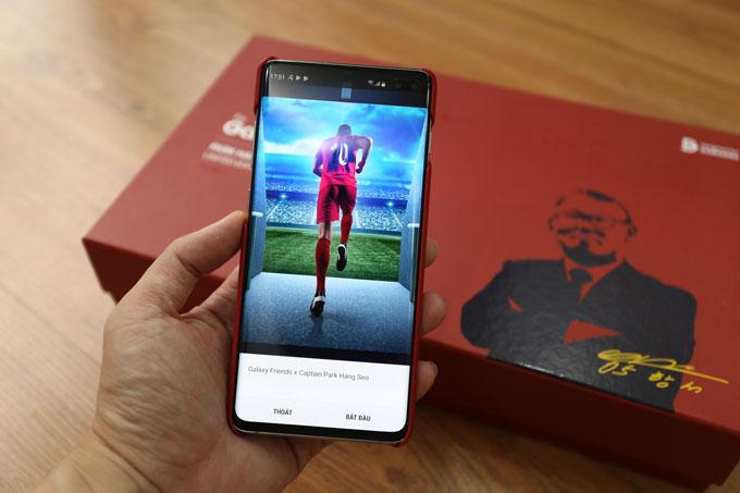 Nhờ chip NFCtrên ốp lưng, Galaxy S10+ tự động kích hoạt giao diện Park Hang-seo ngay khi người dùng lắp ốp vào máy.