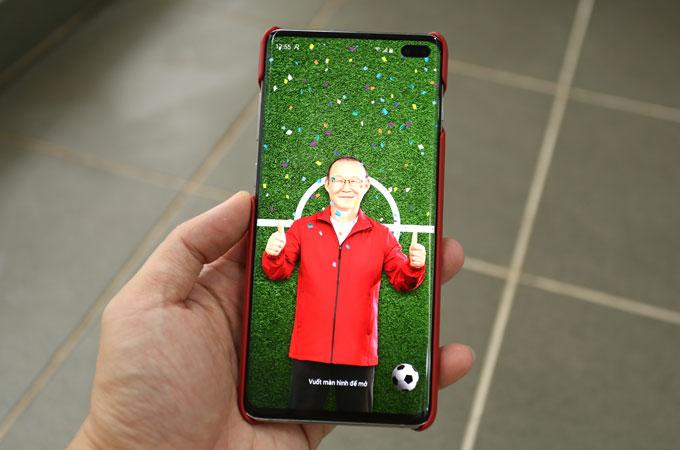 Hình ảnh màn hình khoá được tuỳ biến với sân cỏ, thầy Park và quả bóng.