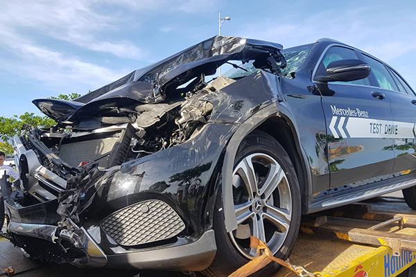 Xe Mercedes hư hỏng nặng phần đầu, được cẩu đi sửa chữa. Ảnh: Ngọc Trường.