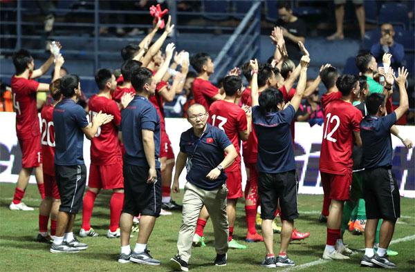 Thầy trò HLV Park Hang-seo có chiến thắng ngay trên đất Thái. Ảnh: Đức Đồng.