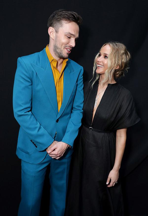 Hai ngôi sao trò chuyện vô tư và vui vẻ như bạn thân lâu ngày hội ngộ. Trong cuộc phỏng vấn trước đây, Jennifer Lawrence chia sẻ rằng cô có mối quan hệ tốt với tất cả những người tình cũ.