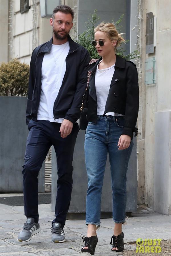 Trong khi đó, Jennifer Lawrence vừa đính hôn với giám đốc phòng tranh Cooke Maroney hồi tháng 2 năm nay.