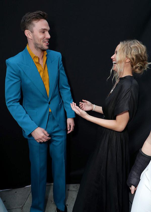 Gặp Nicholas Hoult tại rạp chiếu phim ở Los Angeles vào tối thứ 3 (4/6), Jennifer Lawrence chạy tới vồn vã chào hỏi.