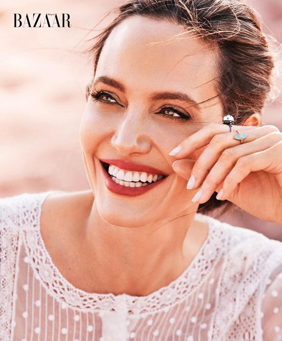 Chia sẻ trên tạp chí InStyle năm 2018, Jolie tâm sự rằng cô không e sợ khi bước vào tuổi U50 và gương mặt hằn dấu ấn tuổi tác: Tôi nhìn vào gương và thấy mình giống như mẹ, điều đó khiến tôi cảm thấy ấm lòng. Tôi cũng nhìn thấy tuổi thật của chính mình và tôi yêu nó, bởi điều đó có nghĩa là tôi vẫn đang sống và đang già đi. Tất nhiên tôi không yêu được những nốt tàn nhang sau khi bầu bí và những vết rạn da, nhưng tôi không thấy nó ảnh hưởng gì đến cấu trúc hoặc ngoại hình của mình. Nó chỉ giúp tôi nhìn thấy được gia đình hiện diện trên gương mặt mình