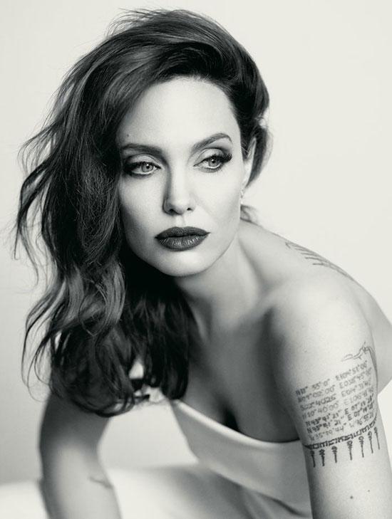 Luôn giản dị ngoài đời thường nhưng khi cần chụp hình cho tạp chí thời trang, nữ diễn viên Wanted vẫn chứng minh vẻ đẹp đẳng cấp của một ngôi sao hạng A của Hollywood từ biểu cảm đến thần thái quyến rũ.