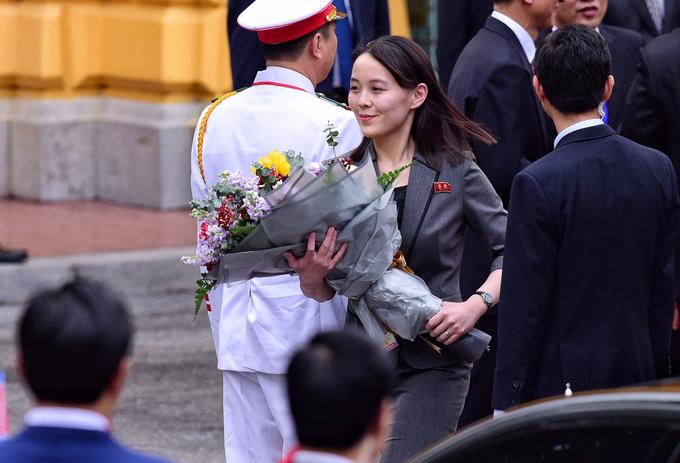 Kim Yo-jong đỡ bó hoa từ tay anh trai Kim Jong-un tại lễ đón ở Phủ Chủ tịch chiều nay, 1/3.