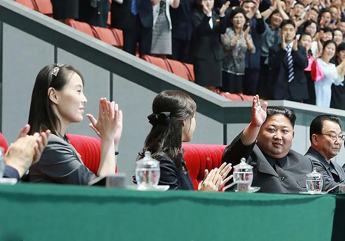 Kim Yo-jong ngồi xem đồng diễn với vợ chồng anh trai, chị dâu ở sân vận động May Day, Bình Nhưỡng tối 3/6. Ảnh: AP.